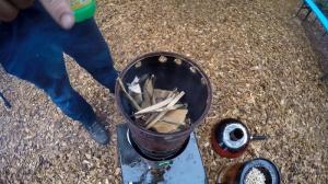 Holzvergaserofen befeuern