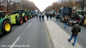 Traktoren auf der Strasse des 17 Juni